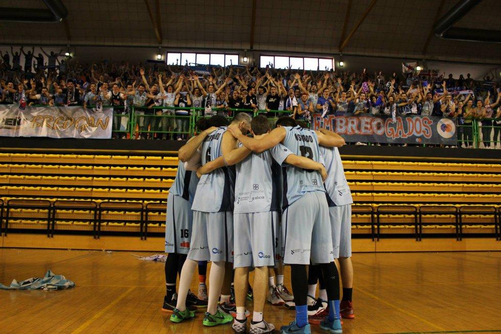 El equipo con la afición en un partido en Ourense
