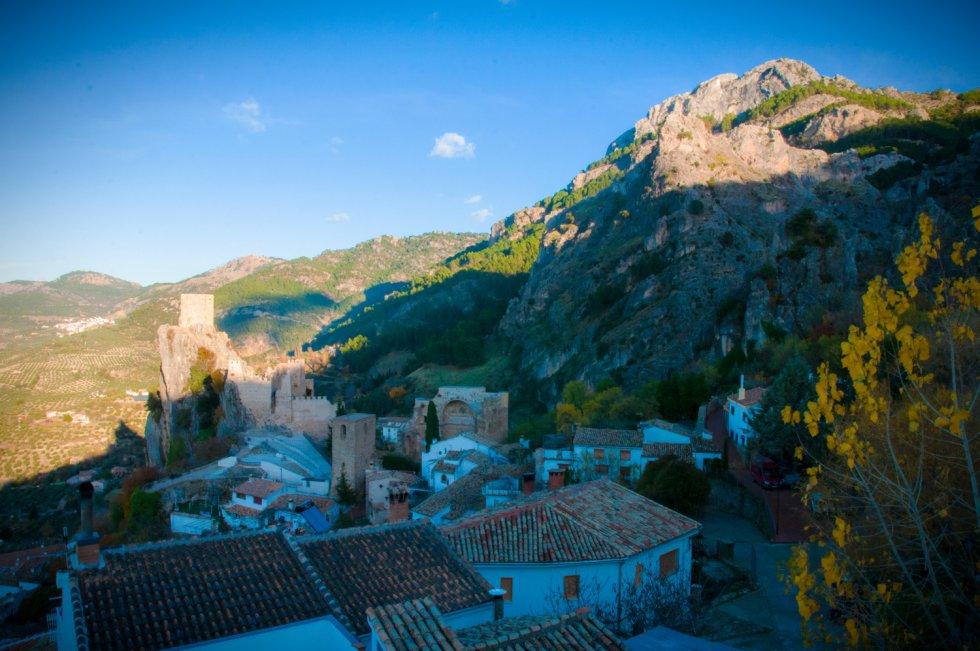 Vista del castillo de La Iruela con Burunchel al fondo.