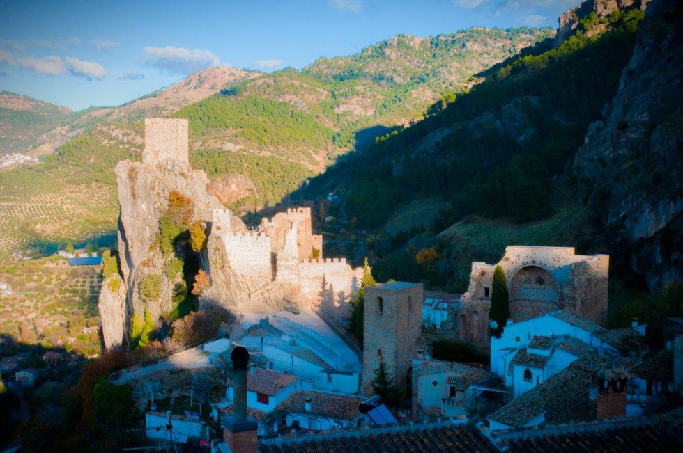 El castillo de La Iruela junto a otros monumentos del municipio.