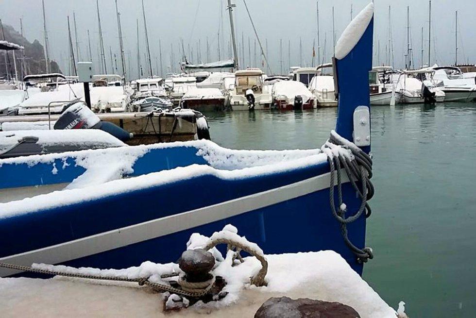 Nieve sobre los barcos del peurto de Xàbia.