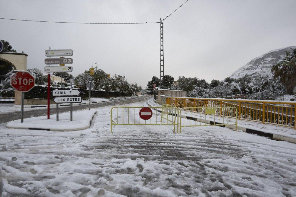 Vista de la carretetra que une Denia y Javea por Les Planes, cortada por nieve.