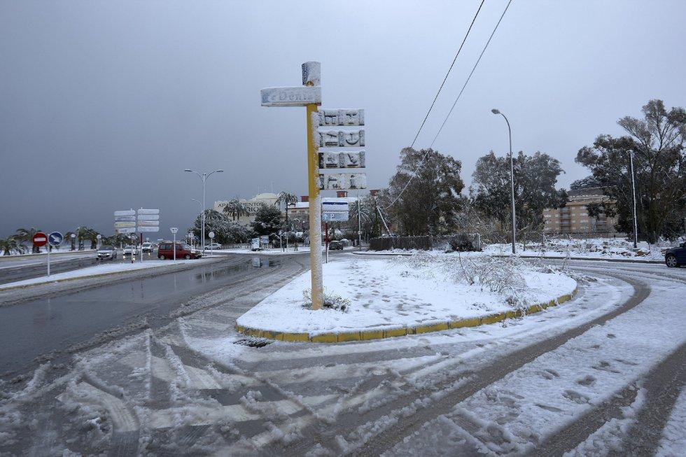 La entrada de la población alicantina de Denia donde nieva desde primeras horas de la mañana.