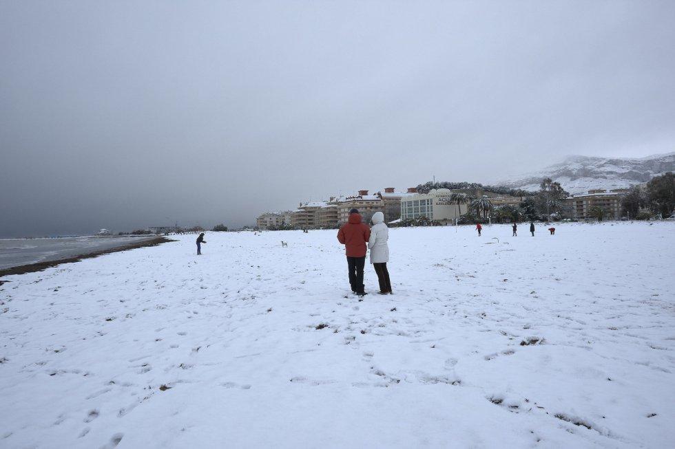 Una de las playas de Les Marines, en Denia, completamente nevada.