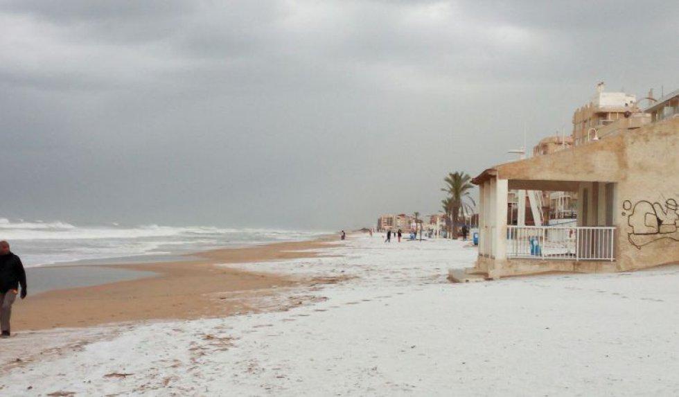 Guardamar del Segura ofrecía esta mañana esta estampa de la playa nevada.