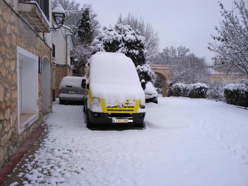 Coche cubierto de nieve en Nerpio (Albacete)