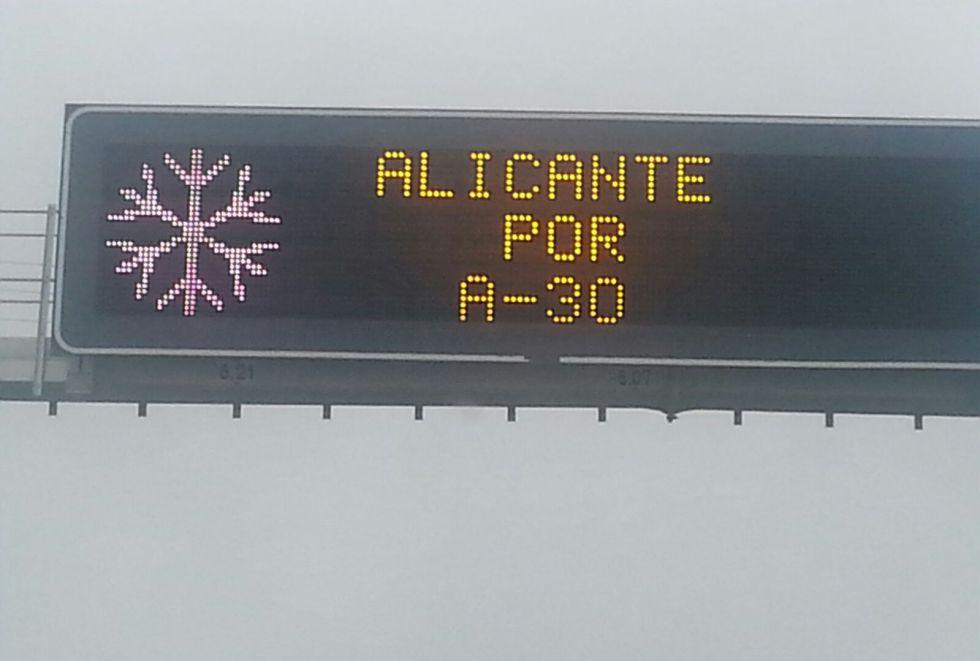Indicación en la autovía A-31 a su paso por La Roda (Albacete). Desvían el tráfico a Alicante por la autopista A-30 por Murica, puesto que la A-30 está cortada de Albacete a Novelda
