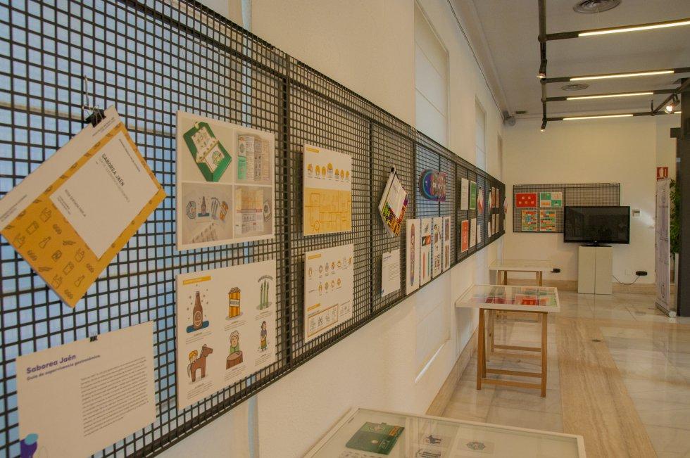 Detalle de algunos proyectos de diseño gráfico en la exposición del Colegio de Arquitectos
