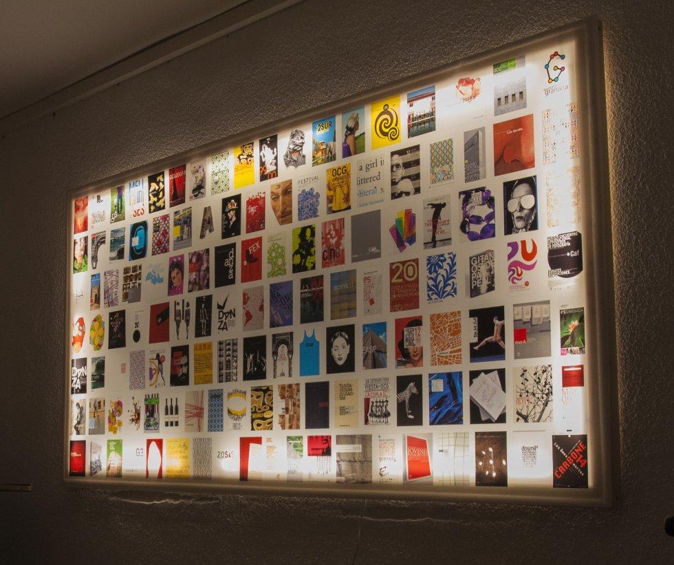 Caja de luz con exposición de varios carteles que se puede ver en la exposición 'Manigua' de la Escuela de Arte 'José Nogué' de Jaén.