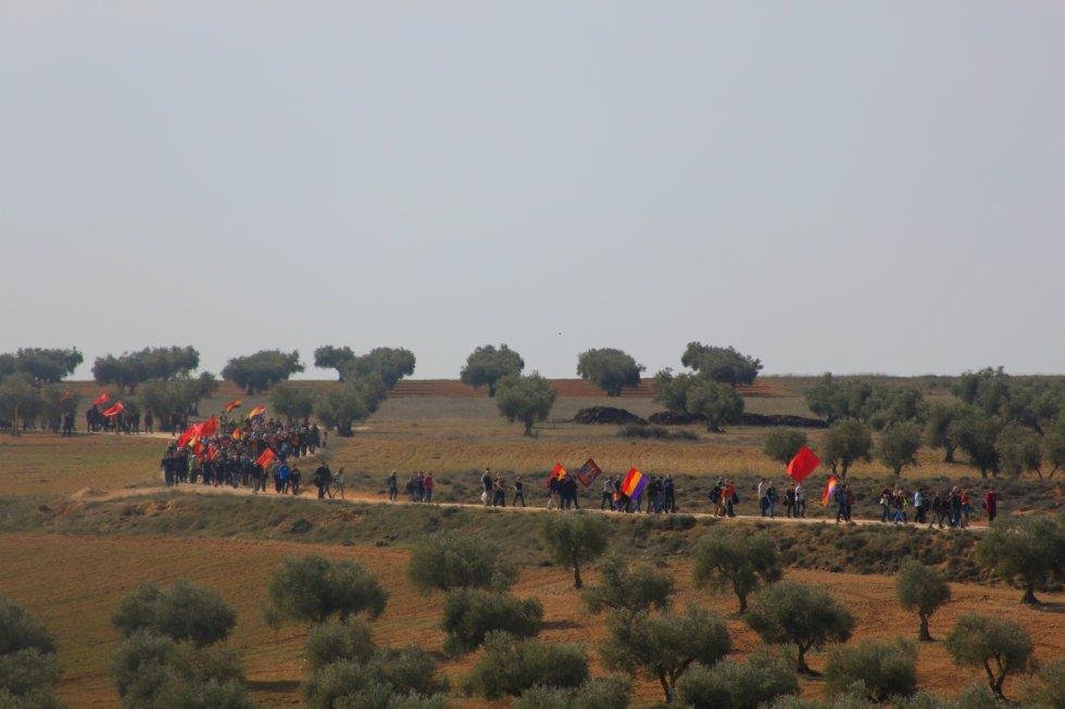 Integrantes de la X marcha conmemorativa de la Batalla del Jarama cruzan los terrenos del frente