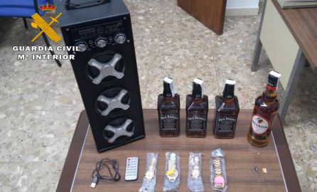 c9fc8f032d8 Detienen a 3 jóvenes por robar bebidas alcohólicas y relojes de un bazar  chino