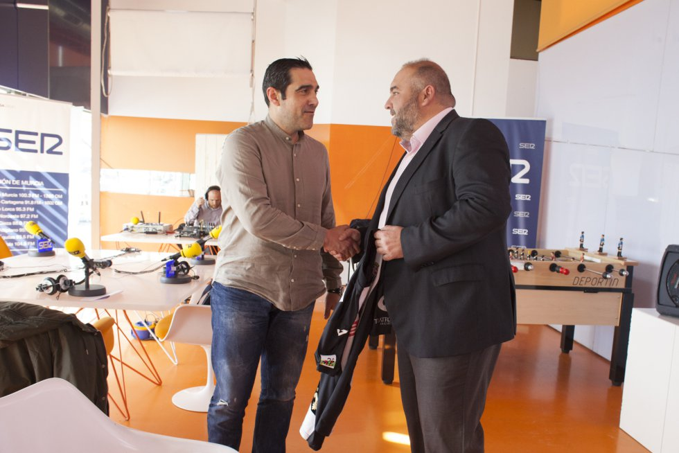 Andrés Egea saluda a Manuel Sánchez Breis (Foto: Pascu Méndez)