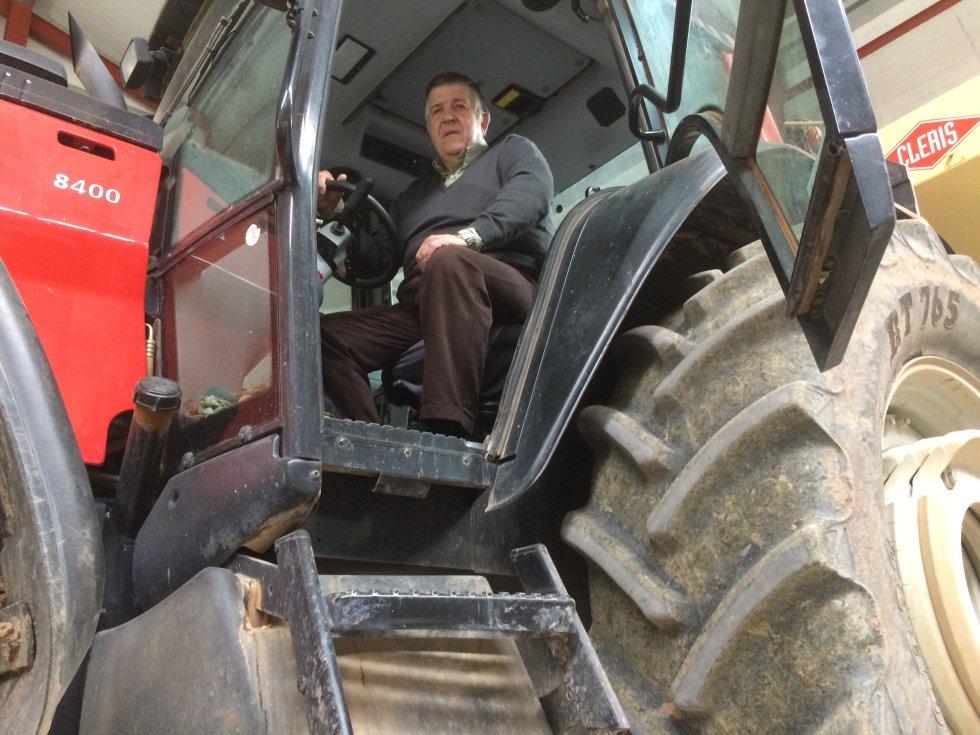 Jorge Navarro, en su tractor