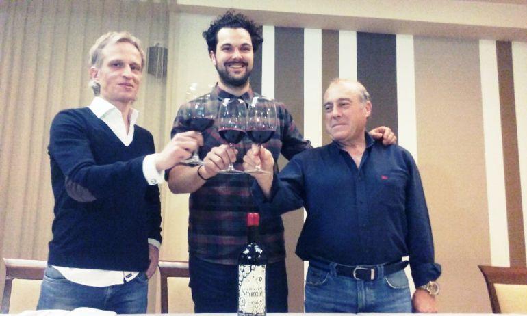 El diseñador de la etiqueta, Miguel Ángel Alfonso Guerrero, junto al director comercial de Demencia, Bruno Arias, y al restaurador y viticultor, José Alfonso Bernaín