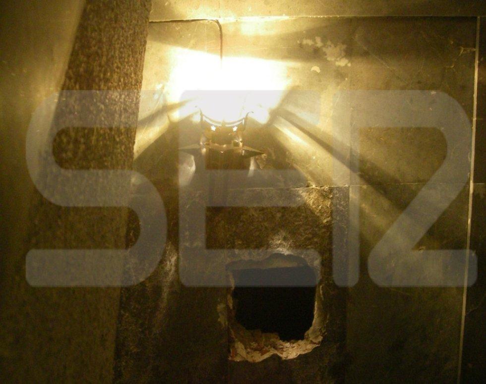 Capilla del Sepulcro, a la derecha del Altar Mayor. Se accede por una puerta central, y posteriormente se encuentra una escalera de acceso a niveles superiores. La escalera da paso a tres plantas con sendos descansillos. En el primero se reitró una placa de mármol, que tenía un color diferente al resto de paredes. Detrás encontraron una pared de ladrillo que se retiró para hacer un agujero para analizar el interior.