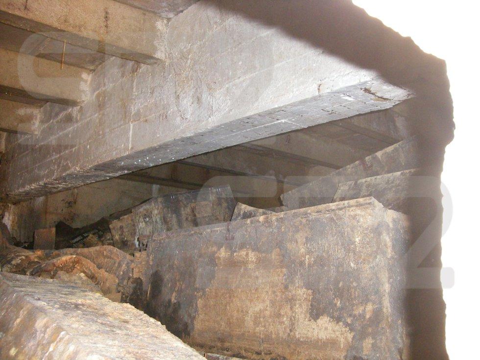 Se intentó (desde la apertura de la pared, y sin entrar en el nivel) localizar un columbario en concreto, porque había información de su localización aproximada en 1959. Fue imposible, porque el columbario se puede encontrar en la primera o segunda fila de altura de cajas, y es posible que la imagen tomada sea del tercer o cuarto nivel de fila. Se aprecian restos de madera de los columbarios rotos, múltiples huesos, algunos de ellos fracturados
