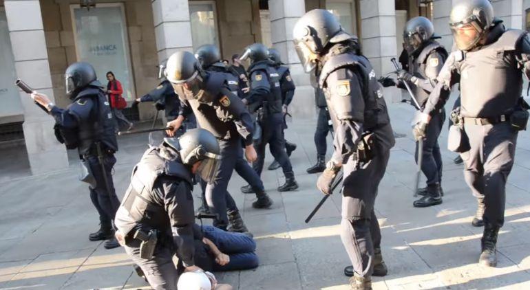 Intervención policial ante las protestas contra el desalojo de un inmueble okupado del casco histórico de Santiago.