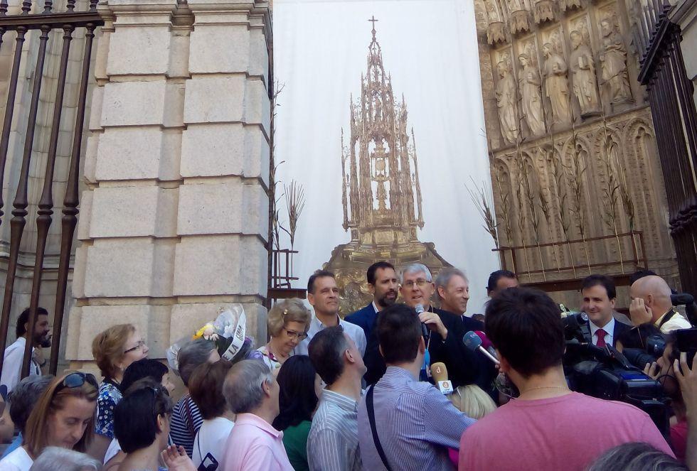 Toledanos en la Puerta de los Reyes de la Primada de Toledo