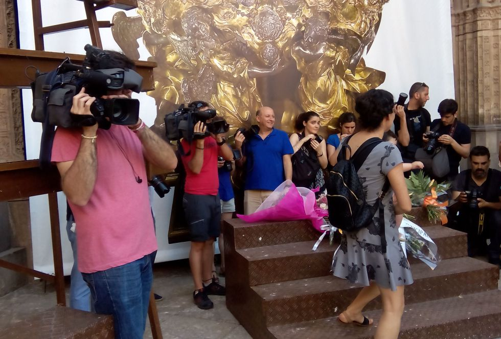 Tradicional ofrenda floral de los colegios en la Catedral de Toledo