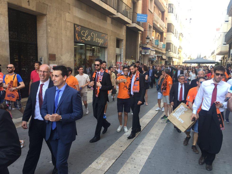 La comitiva llega a la Plaza de la Virgen