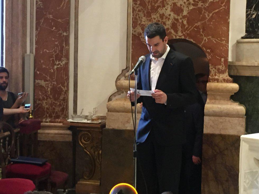 El capitán del Valencia Basket, Rafa Martínez, lee ante la Virgen de los Desamparados