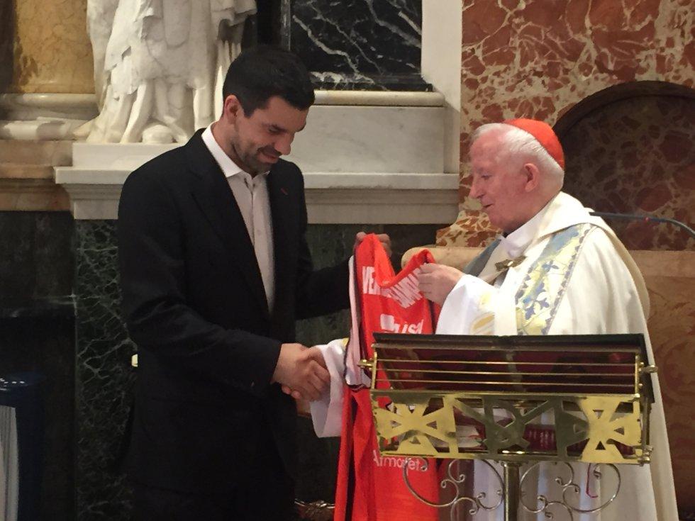 Rafa Martínez le entrega una camiseta del Valencia Basket al cardenal arzobispo de Valencia, Antonio Cañizares