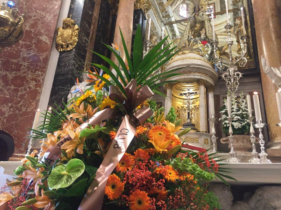 Las flores y el título de Liga ofrecidos por el Valencia Basket a la patrona de la ciudad