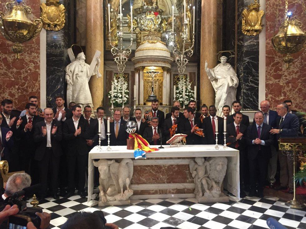 Foto de familia a los pies de la patrona de Valencia