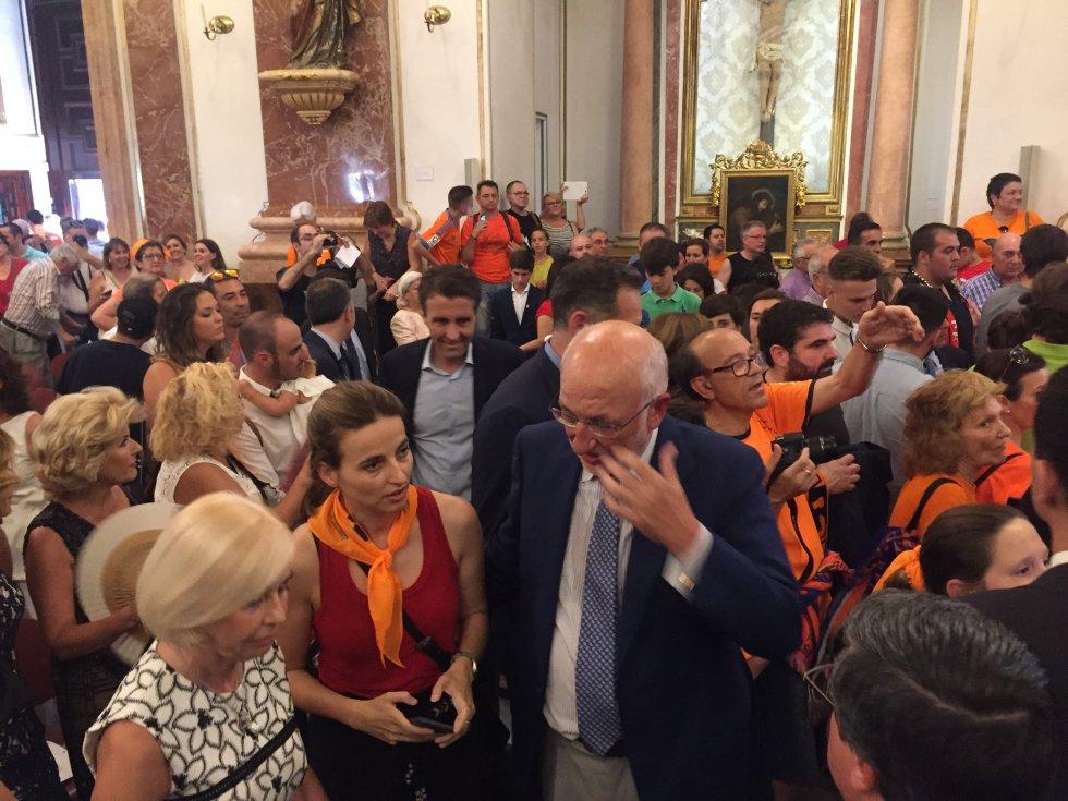 Juan Roig, acompañado de su familia en la Basílica de la Virgen de los Desamparados