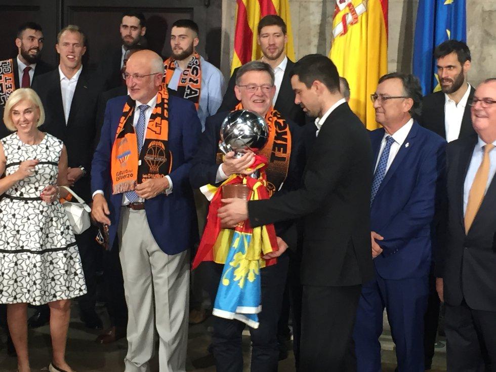 El capitán del Valencia Basket le ofrece el título de la ACB al president de la Generalitat Valenciana, Ximo Puig
