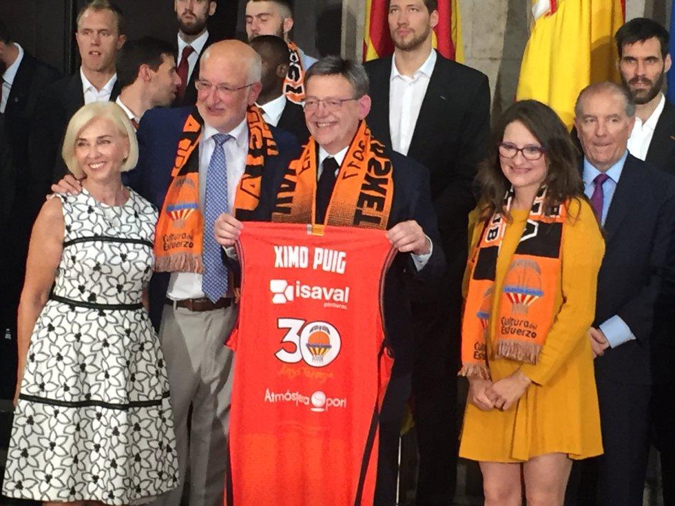 Hortensia Herrero, Juan Roig, Ximo Puig, Mònica Oltra y Francisco Raga, en el Palau de la Generalitat