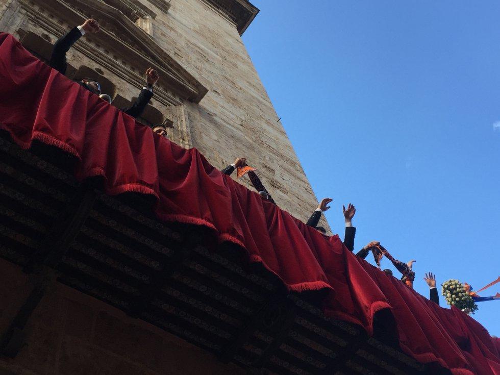 Los jugadores del Valencia Basket saludan a los aficionados desde el balcón del Palau de la Generalitat