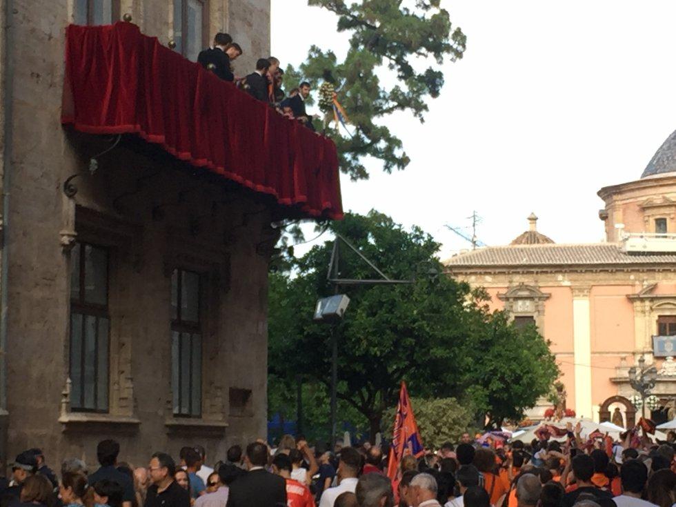 Centenares de aficionados vitorean al Valencia Basket al asomarse al balcón del Palau de la Generalitat