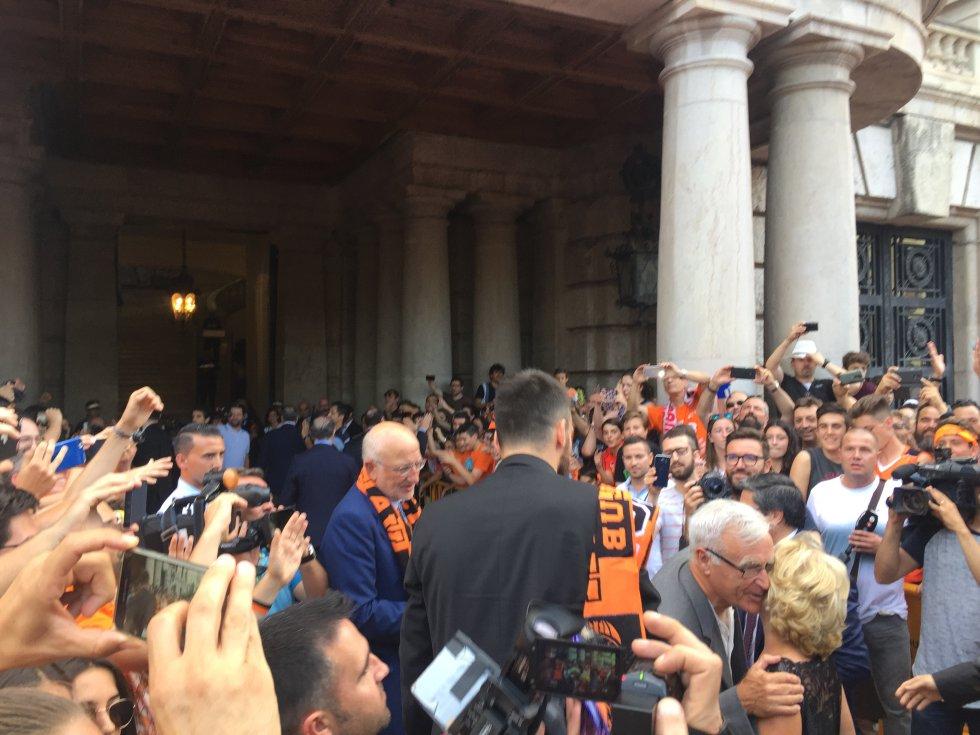 El alcalde de Valencia, Joan Ribó, recibe en la puerta del Ayuntamiento a Juan Roig y toda la comitiva del Valencia Basket