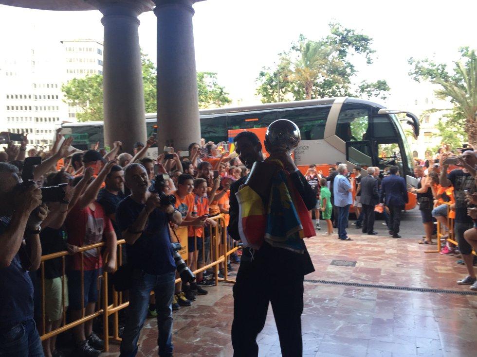 El capitán del Valencia Basket, Rafa Martínez, entra en el Ayuntamiento con el trofeo de campeón de la Liga ACB