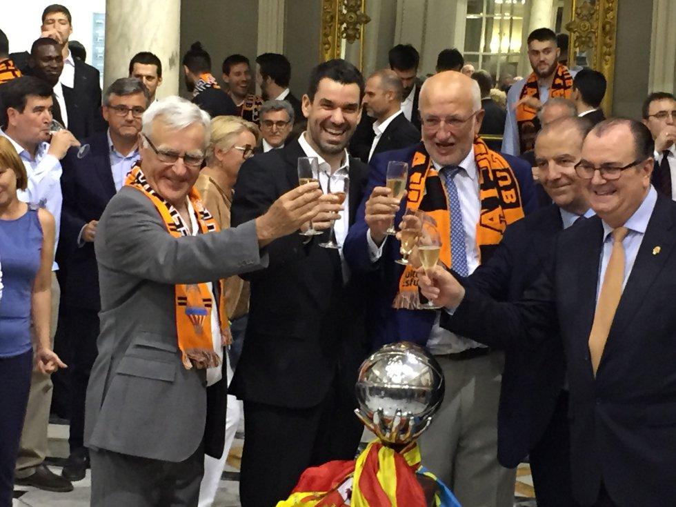 Joan Ribó, Rafa Martínez, Juan Roig, Paco Raga y Vicente Solá brindan en el Ayuntamiento de Valencia