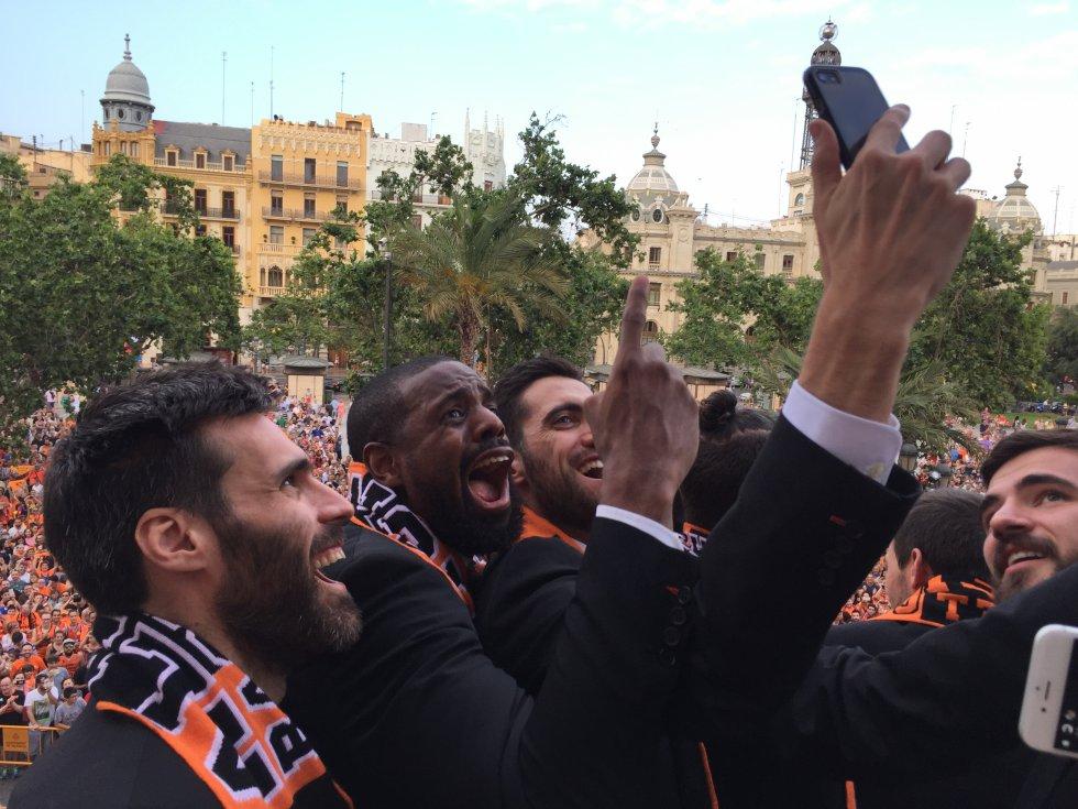 San Emeterio, Will Thomas, Joan Sastre y Dubljevic se hacen un 'selfie' en el balcón del Ayuntamiento con la afición de fondo