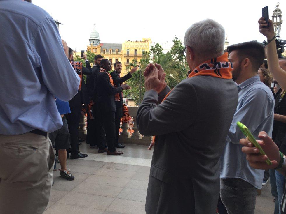 Joan Ribó recibe en el balcón del Ayuntamiento a toda la comitiva del Valencia Basket para que salude a la afición