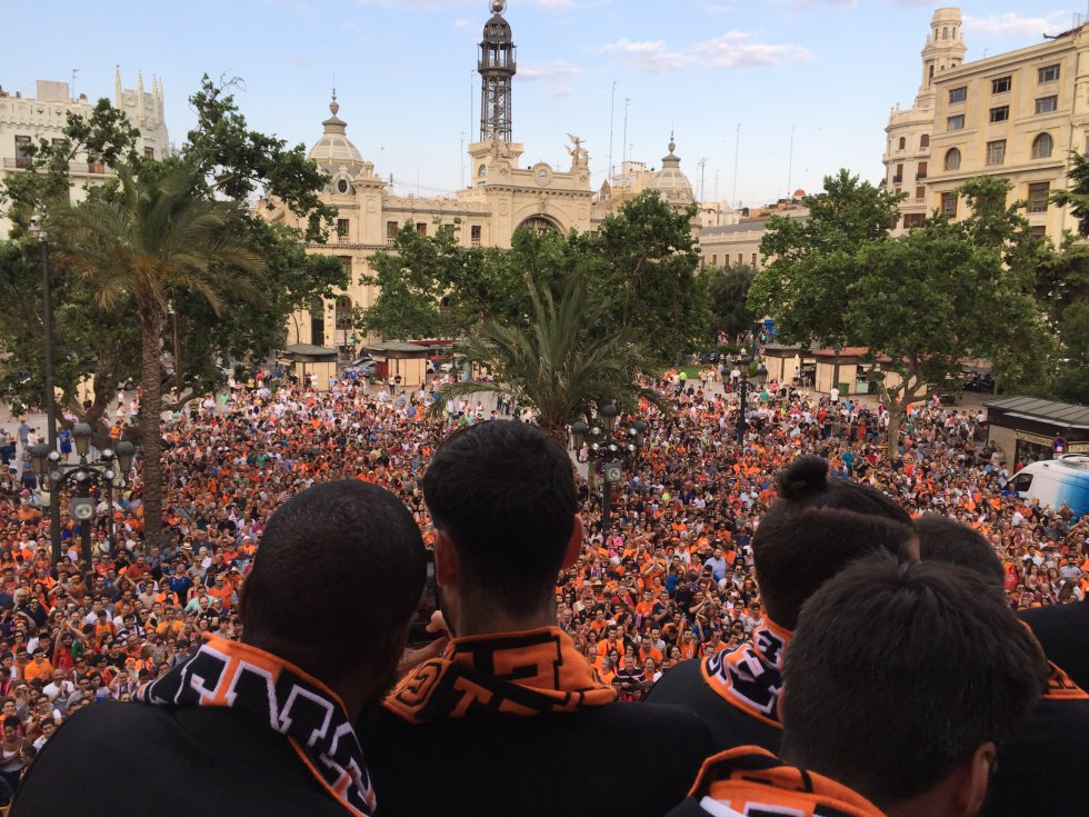 Los jugadores del Valencia Basket se dirigen a la afición desde el balcón del Ayuntamiento