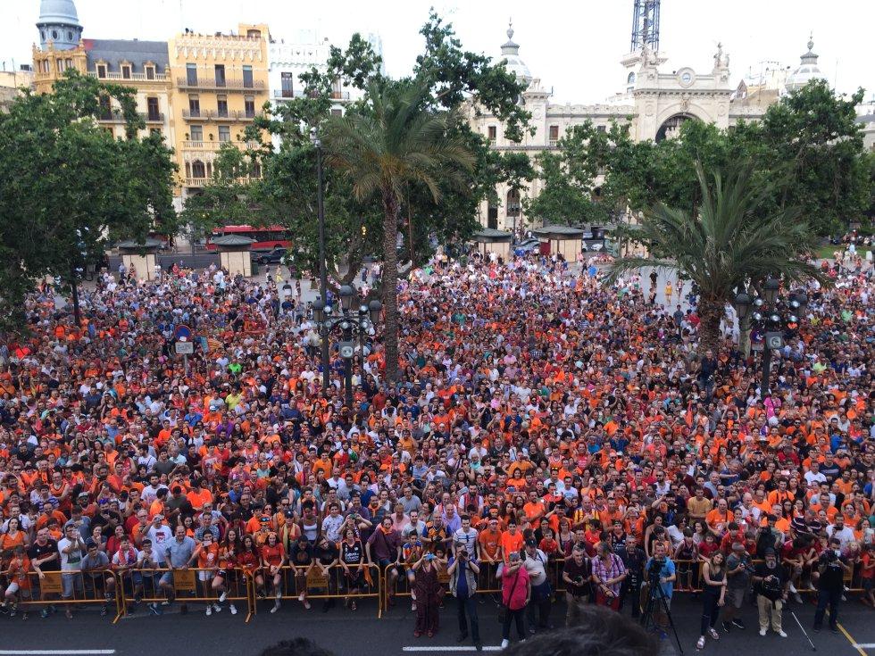 Más de 5.000 aficionados taronjas aclaman al equipo a los pies del balcón del Ayuntamiento