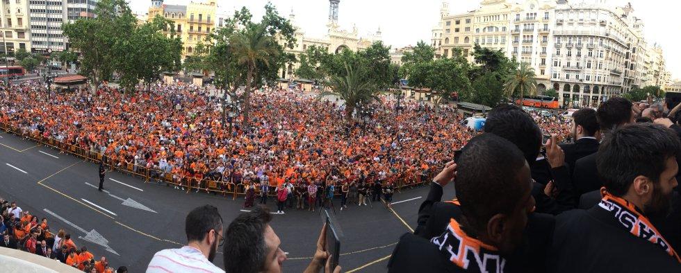 Panóramica de la Plaza del Ayuntamiento de Valencia con la 'marea taronja' aclamando al campeón de la Liga ACB