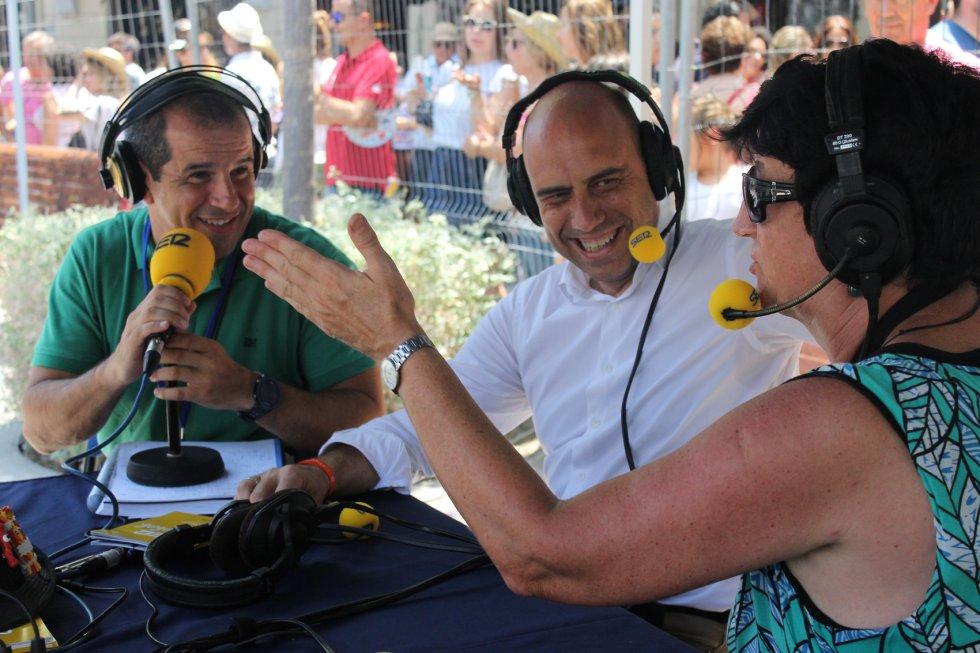 Gabriel Echávarri, alcalde de Alicante, Ruth Haswell, experta pirotécnica de Radio Alicante y Carlos Arcaya