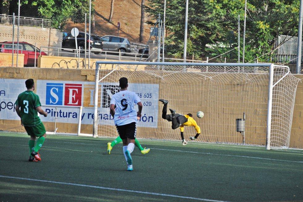 EL balón rebota en la línea de gol sin llegar a entrar