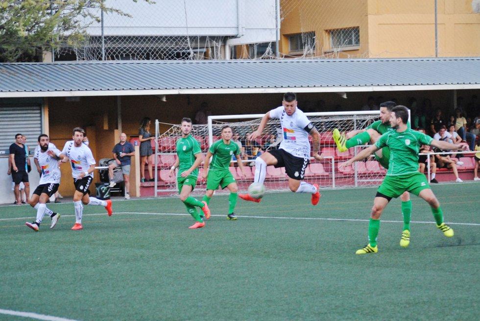 Javi Soria remata a gol, que más tarde fue anulado