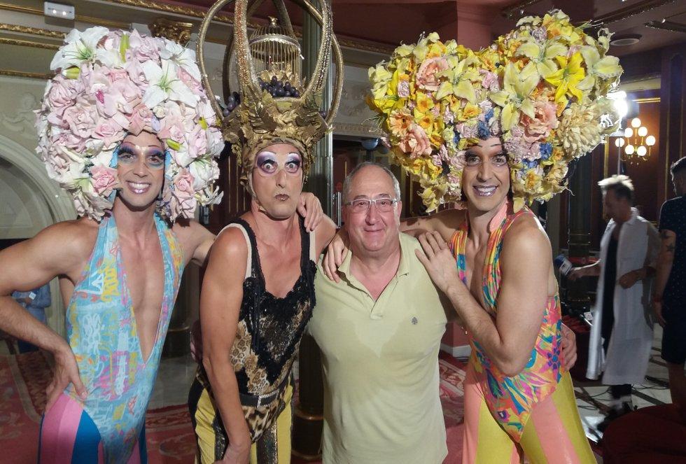 Mikel Ramos con parte del elenco de 'Priscilla'