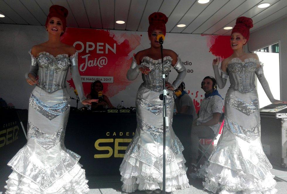 Las divas de Priscilla actuando en 'Hoy por Hoy Bilbao' en 'Open Jaia'