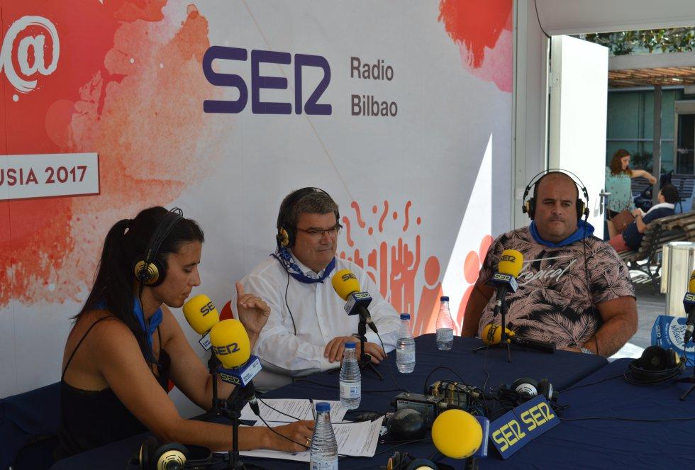 Azul Tejerina con el alcalde Aburto e Ibon Erraiz