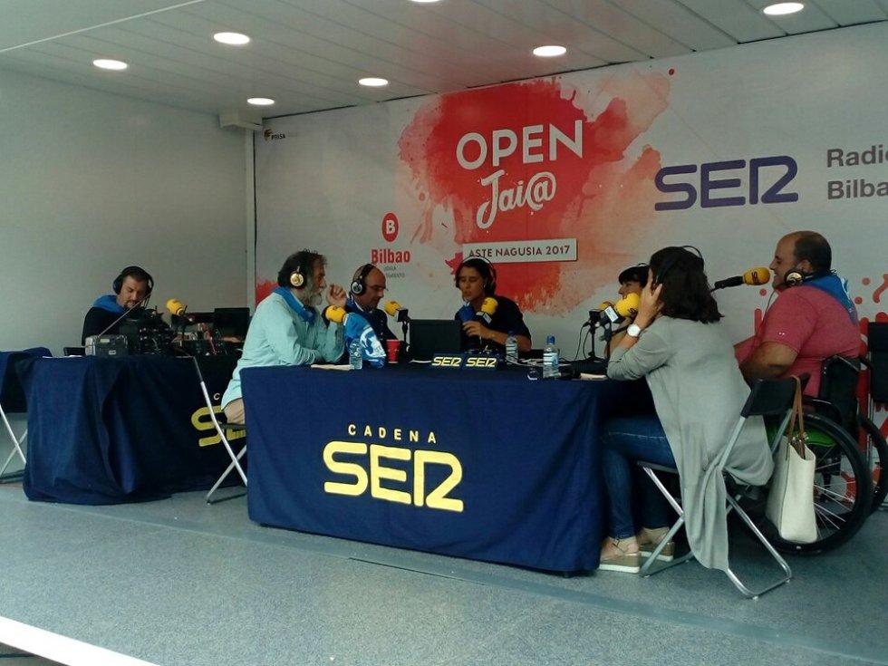 Andoni Aldekoa, director del Palacio Euskalduna, Ramón Barea, del Pabellón 6, y Lourdes Fernández, directora de Azkuna Zentroa en el stand