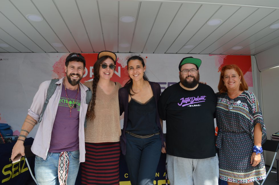 Azul Tejerina con la concejala de fiestas, Itziar Urtasun, y artistas de Electrópical.