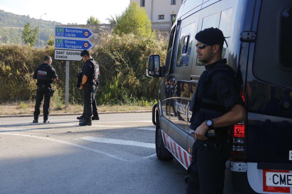 Agentes de los Mossos d'Esquadra en el marco de la operación policial.