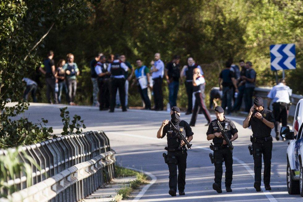 Operativo policial en el lugar donde el autor del atentado de La Rambla de Barcelona ha sido abatido por disparos de los Mossos d'Esquadra.